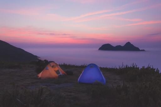Nosso acampamento ao amanhecer sobre as nuvens