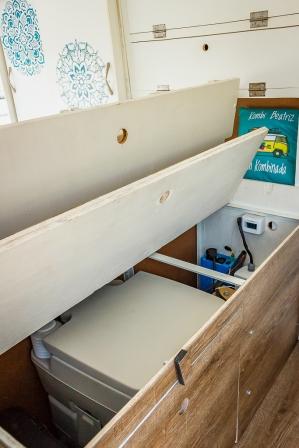 Vista interna do baú que abriga o nosso vaso sanitário, e parte do sistema elétrico.