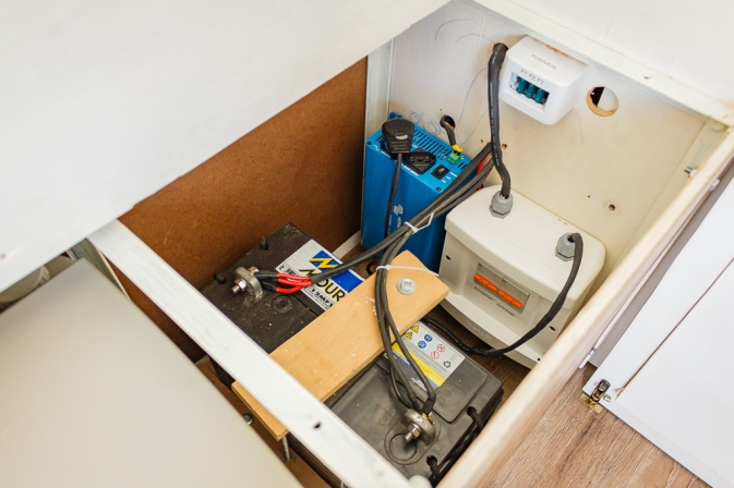 De dentro do baú, detalhe de parte do sistema elétrico (bateria e inversor).