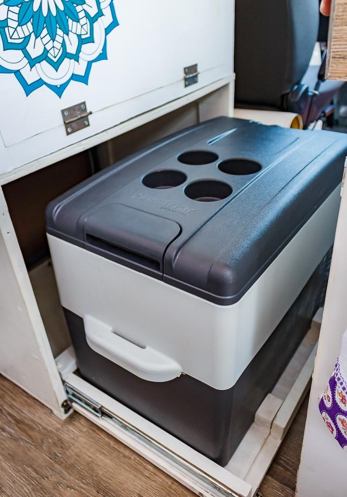 A geladeira fica sobre uma gaveta para economizar o espaço interno.