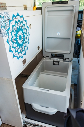 Abertura da geladeira pelo tampo superior.