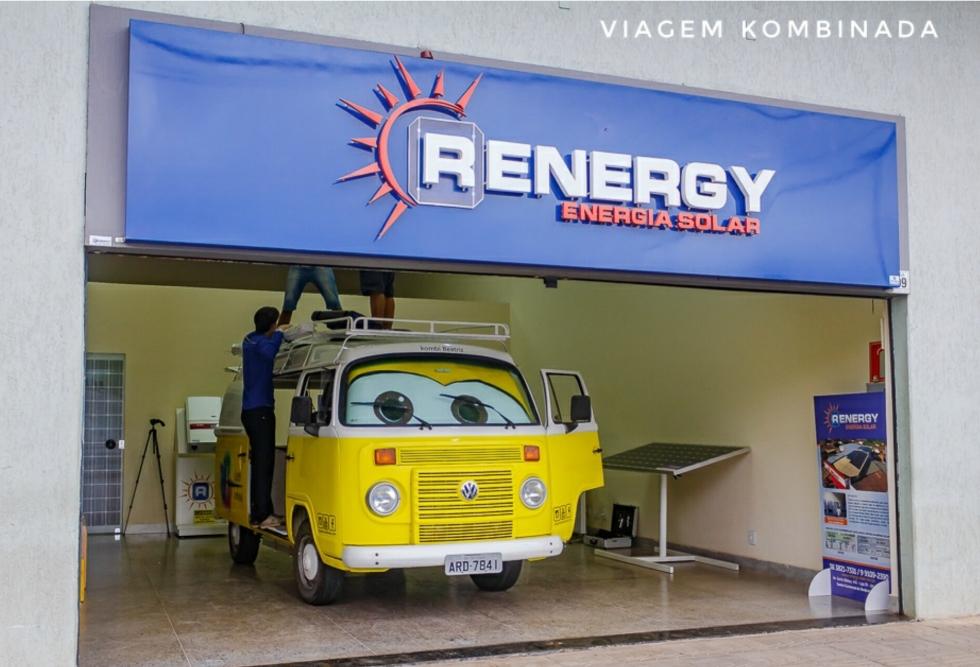 Beatriz na sala de espera da Renergy Energia Solar