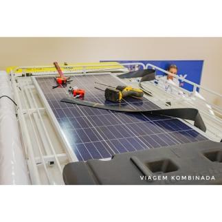 Detalhe do processo de instalação do painel fotovoltaico.
