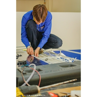Engenheiro Ivan trabalhando na fixação do painel fotovoltaico no Rack da Kombi Beatriz.