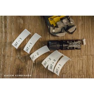 Detalhe das etiquetas para personalizar os cabos, um plug e o alicate de serviço.