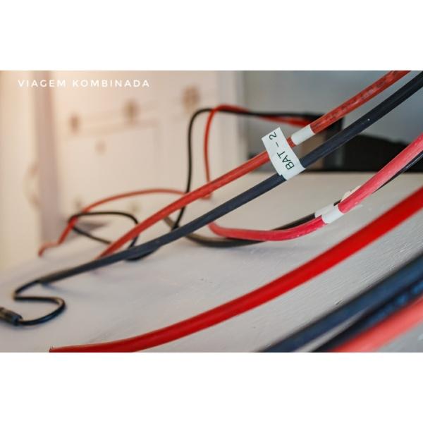 Detalhe das etiquetas dos cabos que fazem parte do circuito elétrico principal.